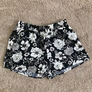 Sweet little floral shorts 🖤